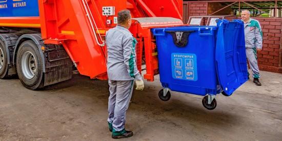Во дворах в Зюзине установлены два вида контейнеров для раздельного сбора отходов