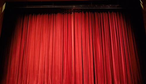 Театр «Гротеск» дал спектакль «Беда от нежного сердца» в школе №536