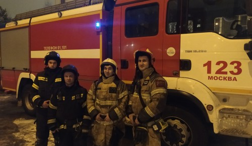 Южное Бутово: беременную женщину с ребенком спасли из огня