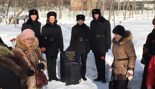 В районе возложили цветы к памятнику защитникам неба Москвы