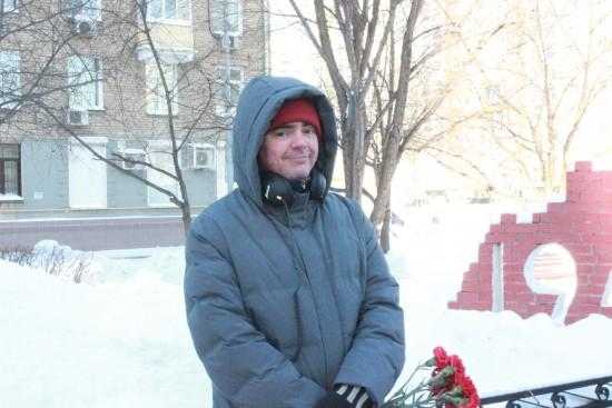 Мужчина нашел фамилии своих родственников на мемориальном камне в Академическом районе