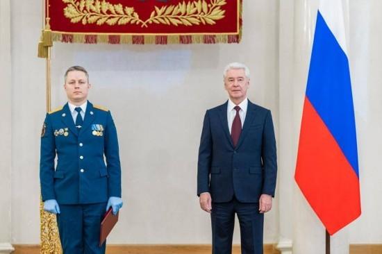 Сергей Собянин вручил премию пожарному из ЮЗАО Александру Беловошину
