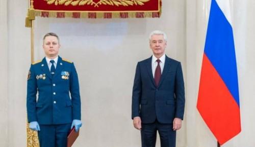 Пожарному из ЮЗАО вручил премию Сергей Собянин