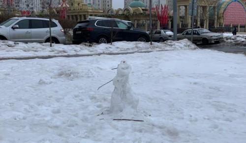 Бутовские коммунальщики чистят дворы от снега, не разрушая снеговиков