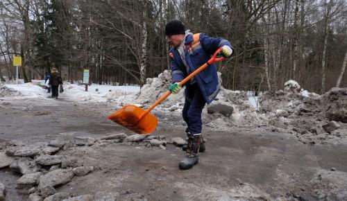 15 погрузчиков и 5 самосвалов вывели на уборку снега в районе Ясенево