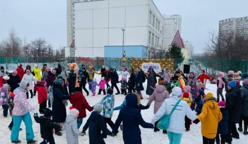 На празднике Масленицы в Теплом Стане выступали скоморохи и дрессированные животные