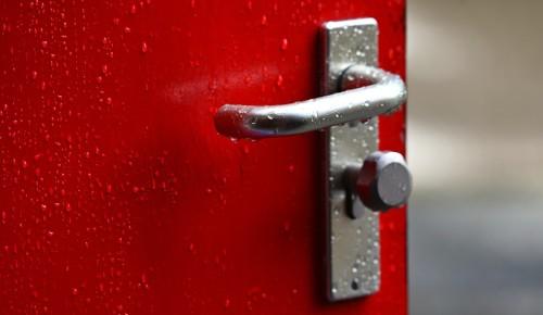 Сотрудники «Жилищника» устранили неисправность входной двери