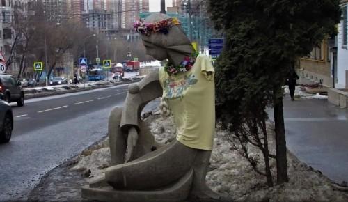 """Арт-проект """"Одень Галю!"""". Скульптуру возле галереи """"Нагорной"""" можно переодевать"""