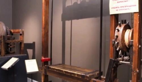 В галерее «Беляево» показали работу древнего лифта