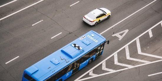 Автобусы четырех маршрутов едут в объезд участок улицы Каховка по временной дороге из-за ремонтных работ