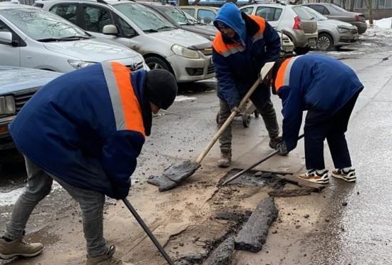 В Ясеневе устранены повреждения асфальта
