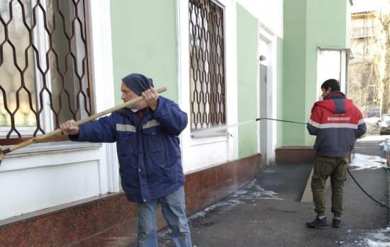 Сотрудники Жилищника промыли  фасады и знаки жилых домов