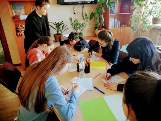 Подростки семейного центра «Зюзино» поздравили  с днем рождения пожилых людей из домов-интернатов России