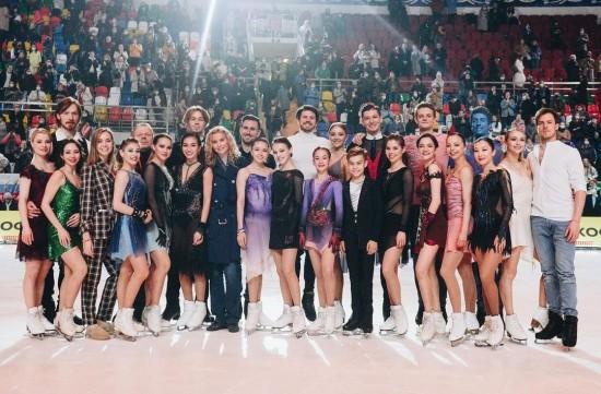 Спортсмены «Хрустального» выступили в ледовом шоу