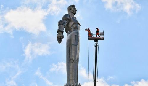 Более 1100 столичных памятников промоют до конца апреля