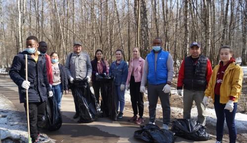 Студенты РУДН собрали 30 мешков раздельного мусора во время воскресника