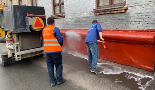 Коммунальщики промывают цоколи домов в Академическом районе