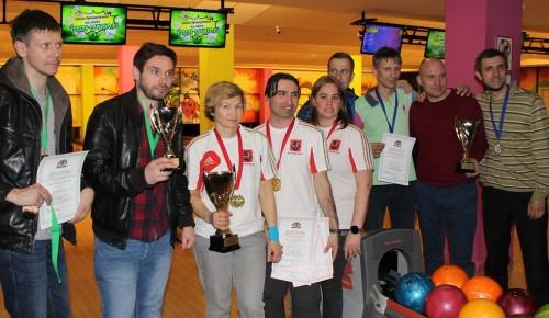 На соревнованиях по боулингу жители Академического района завоевали бронзу