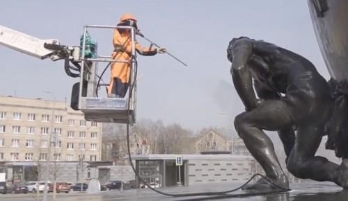 Памятник Хо Ши Мину промыли в Академическом районе Москвы в рамках месячника по благоустройству