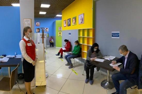 Жители Северного Бутова активно прививаются от коронавируса в торговом центе на Старокачаловской