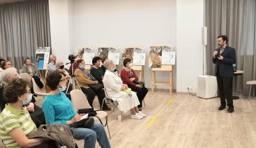 Краеведы Южного Бутова передали в дар активистам клубного пространства «Мой социальный центр» книги