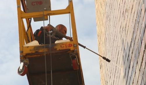 Коммунальные службы Академического района промыли фасады в рамках месячника по благоустройству