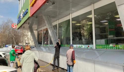 В районе Зюзино коммунальщики промыли фасады зданий