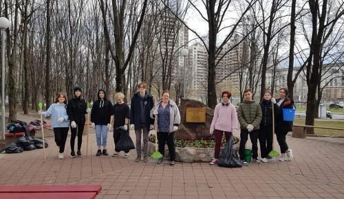 Волонтеры «Лиги добра» из школы № 2115 убрались в Сквере Гвардии полковника Ерастова