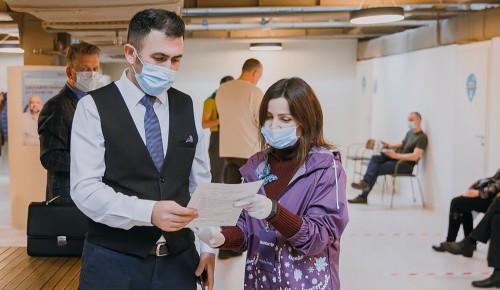 Волонтёры помогают московским медикам вакцинировать население