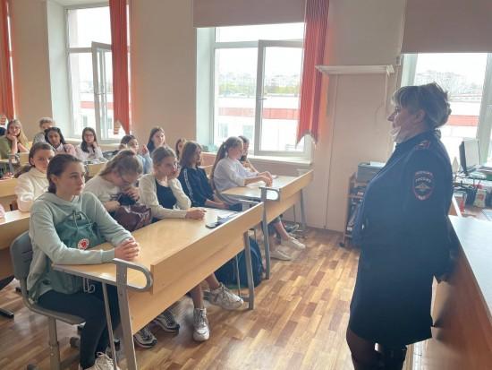 В школе №1561 прошла лекция о безопасности в Интернете от ОВД