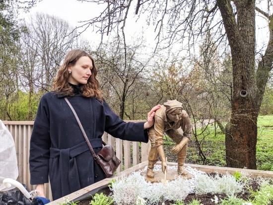 Инсталляция в саду. Жительница нашего округа создала необычную скульптуру