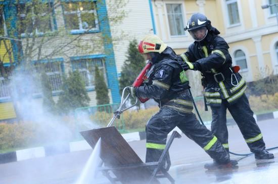 Школьникам показали, как работает система пожаротушения «Кобра»