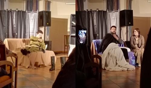 """В Котловке жители  посмотрели спектакль """"Мой бедный Марат"""""""
