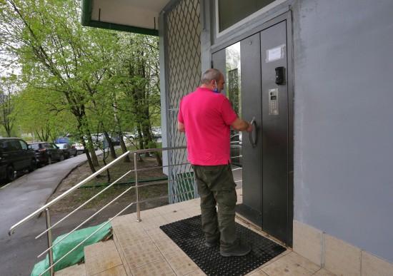 Жительница Ясенева добилась установки табличек с номерами квартир
