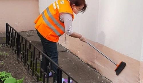 Сотрудники ЖКХ в Черемушках приводят в порядок подъезды в жилых домах