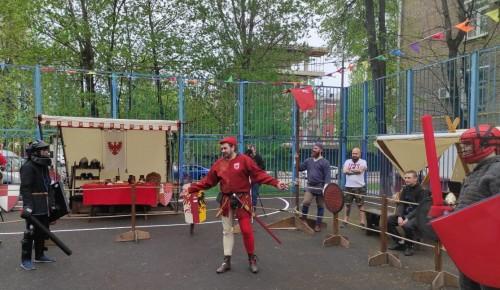 Жители Академического района сразились на мечах в рыцарском турнире