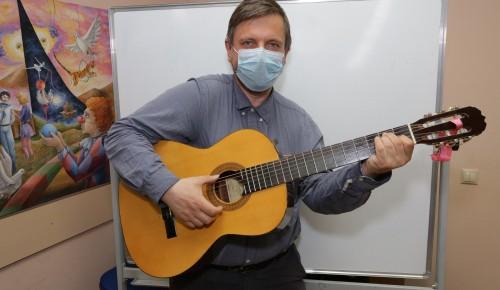 """Урок игры на гитаре в центре досуга """"Обручевский"""""""