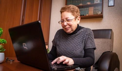 На онлайн-занятиях «Московского долголетия» жители старшего поколения из Обручевского района могут освоить компьютер и смартфон