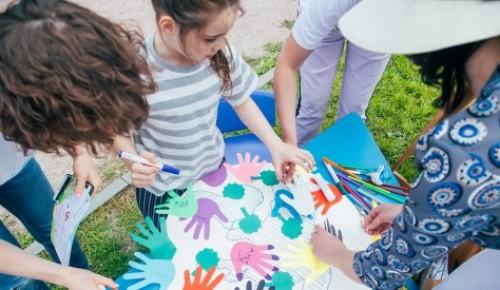 Жители ЮЗАО могут рассказать в соцсетях, чему научились у детей