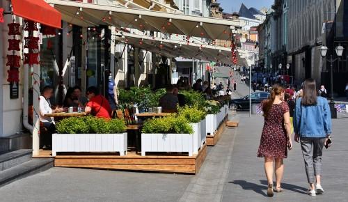 Власти Москвы не намерены создавать отдельные зоны для привитых от COVID-19 в ресторанах столицы