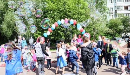 В Теплом Стане для детей устроили шоу мыльных пузырей и аквагрим