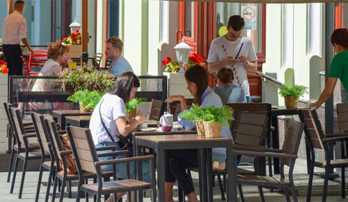 Власти Москвы не планируют создавать в ресторанах отдельные зоны для привитых отCOVID-19 горожан