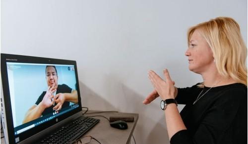 Горячая линия для слабослышащих людей «Говори руками» приняла более 2 тысяч звонков