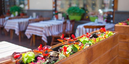 Для привитых отCOVID-19москвичей не планируют создавать отдельные зоны в ресторанах