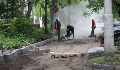 На Севастопольском проспекте, 29 меняют бордюры