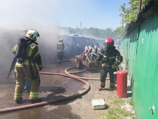 В гаражах на Голубинской произошел пожар