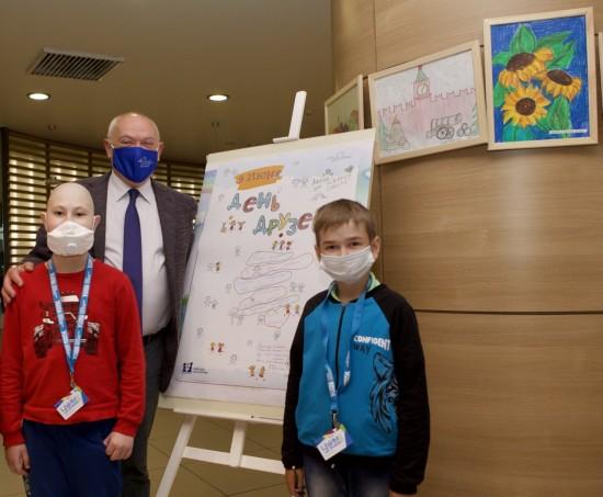 Пациенты центра им. Д. Рогачева нарисовали большую открытку ко Дню друзей