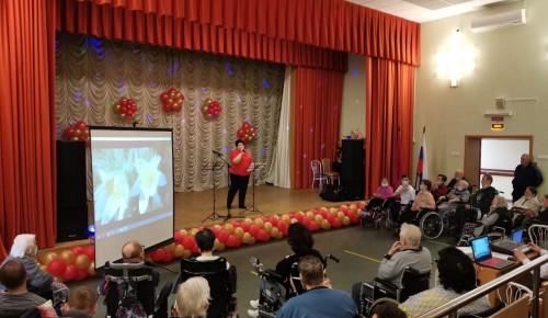 В пансионате № 6 День России отметили праздничным концертом и творческой выставкой