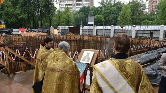 В Академическом районе помолились о строящемся храме Луки на территории больницы Виноградова