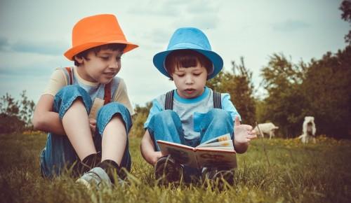 Сотрудница библиотеки №179 порекомендовала детям книги для прочтения